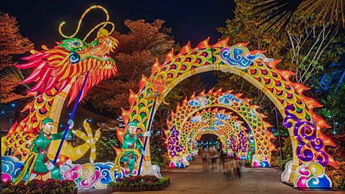 Singapore:Tết Trung thu là một trong những lễ hội lớn ở đảo quốc sư tử. Du khách đến khi Chinatown sẽ thấy những con đường được giăng kín đèn lồng rực rỡ sắc màu. Năm nay lễ hội sẽ kéo dài từ 31/8 - 28/9 với nhiều hoạt động hấp dẫn như: Nghi thức thắp sáng đường phố, bắn pháo hoa, rước đèn Trung thu, múa lân và biểu diễn các loại hình nghệ thuật truyền thống. Ngoài ra khu phố Hoa còn có hơn 200 quầy hàng với đa dạng mặt hàng như bánh trung thu, bưởi, đèn lồng, đồ thủ công mỹ nghệ, trà... Ảnh: Gardensbythebay.