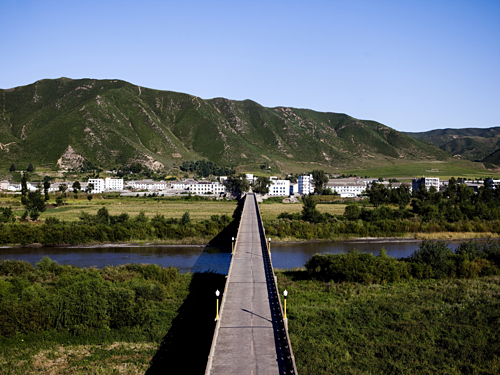 Cây cầu nối từ Triều Tiên sang Trung Quốc. Ảnh:Benjamin Lower.