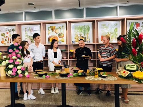 Đại sứ ẩm thực SASCO Võ Quốc đang giới thiệu ẩm thực Sài Gòn cùng thực khách