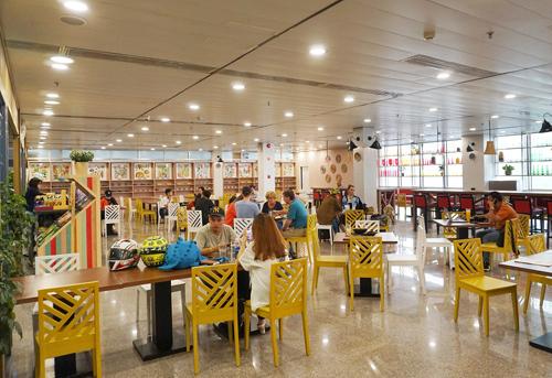 Cuisine De Saigon gây ấn tượng không gian thiết kế nhã nhặn, nội thất gỗ mộc mạc. Ảnh: Sasco.