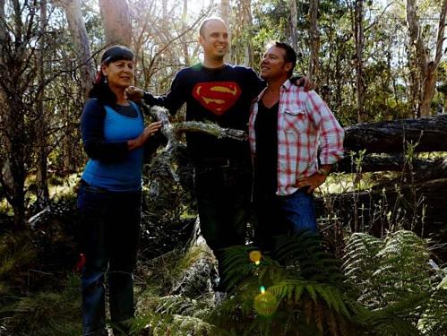 Bà Yvonne cùng các con trai tham gia cuộc tìm kiếm MDX vào năm 2013.Vài tháng trước vụ tai nạn,Philip cầu hôn bạn gái, và chỉ 2 tuần trước chuyến đi định mệnh, họ phát hiện Yvonne đang mang bầu. Ảnh:Daily Telegraph.