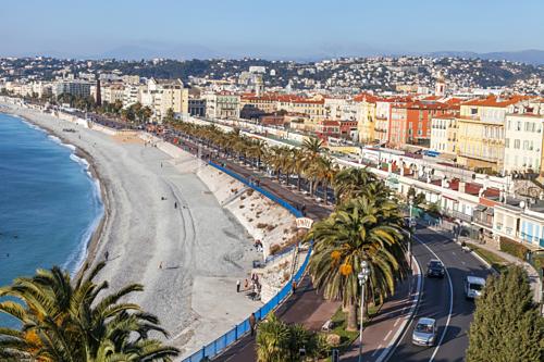 Các bãi biển ở Nice trải đầy các viên sỏi. Ảnh: Lonely Planet.