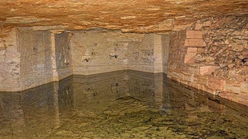 Bên trong hầm mộ là một hệ thống hỗn loạn gồm các hang động không hề thông với nhau và các mỏ đá, đường hầm bị bỏ hoang. Ảnh: CNN.
