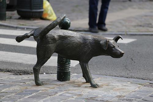 Bứcđiêu khắc của Tom Frantzen, người có nhiều tượng đặt trên đường phố Brussels. Ảnh: Imgur.