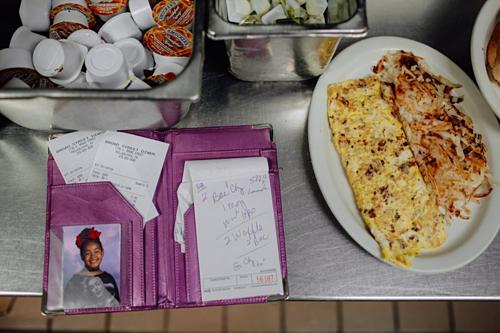 Christina để ảnh con gái trong cuốn sổ dùng để ghi thực đơn của khách hàng, tại nhà hàng nơi cô làm việc là Broad Street Diner. Ảnh: Time.