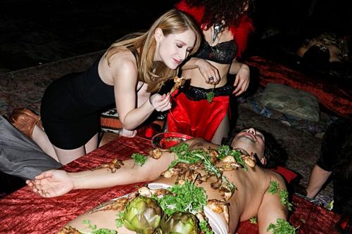 Alexandra thưởng thức buffet trên người mẫu bán khoả thân. Ảnh:Rebecca Smeyne.
