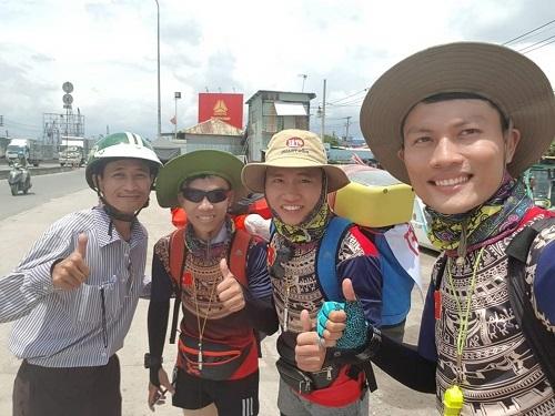 Anh Tuấn Anh (ngoài cùng bên phải) và 2 học trò trong chuyến đi bộ xuyên Việt. Ảnh: Nguyễn Thanh Tuấn Anh.
