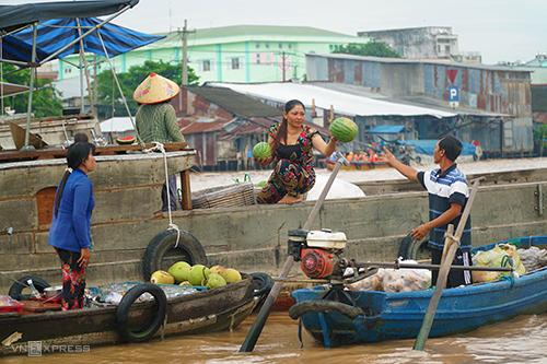 Chợ nổi Cái Răng là một trong những điểm dừng chân luôn tấp nập du khách vào sáng sớm. Ảnh: Di Vỹ.
