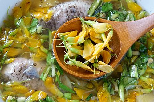 Bông điên điển là một trong những nguyên liệu đặc trưng của miền Tây vào mùa nước nổi, được chế biến thành nhiều món ăn hấp dẫn. Ảnh: Di Vỹ.