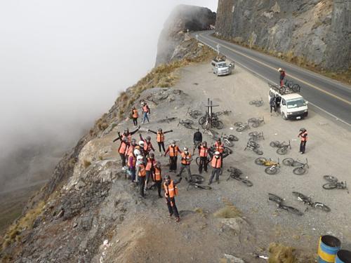 Đoàn đạp xe chụp ảnh lưu niệm tại một điểm dừng ven vách núi. Ảnh: Arestia Rosenberg.