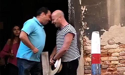 Du khách (áo xanh) tấn công người chèo thuyền (áo kẻ). Ảnh cắt từ video.