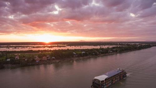 Xuôi dòng MekongSông Mekong, là con sông dài thứ 12 trên thế giới, là huyết mạch của Đông Nam Á trong nhiều thiên niên kỷ.Ngày nay, nó được bao quanh bởi các làng chài và cánh đồng lúa, các hòn đảo xinh tươi, chợ thực phẩm và các thành phố cổ kính.Đây là hành trình lý tưởng cho những người thích những chuyến du lịch chậm rãi. Xuôi dòng Mekong sẽ đưa bạn đến với vùng thôn quê ít ai biến đến, và các điểm tham quan tự nhiên trước giờ khó tiếp cận.