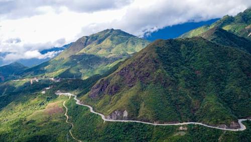 Phượt xe máy qua vùng núi phía bắc hùng vĩỞ Việt Nam, xe máy thống trị đường bộ. Mặc dù có thể khiến cho bạn gặp đôi chút khó khăn khi băng qua những con đường đông đúc, nhưng nó cũng tạo ra vô số cơ hội cho những cuộc phiêu lưu trên chiếc xe hai bánh này.Nhiều tay lái cự phách đều đồng ý rằng cung đường Hà Giang ở phía Bắc, gần biên giới Trung Quốc, là một trong những con đường tuyệt vời nhất.Trong chuyến hành trình kéo dài từ 4 đến 5 ngày, bạn sẽ trải nghiệm được mọi thứ, từ những dãy núi hùng vĩ đến những ngôi làng địa phương, những hẻm núi sâu và cả những con đường vòng cung tuyệt đẹp.
