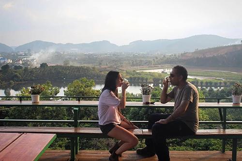 Uống cà phê ở Đà LạtViệt Nam cónhiềuđồn điền cà phê rộng lớn.Một vài ngày du lịch ở Đà Lạt, một thành phố miền núi, sẽ cho bạn thấy ngành công nghiệp cà phê ở đất nước này phát triểnthế nào.Một sốtrang trại nhưSơn Pacamara Đà Lạt, Cà phê chồn Trại Hầm, hay Đồi chè Cầu Đất - tất cả đều cung cấp các tour du lịch có hướng dẫn viên.Bạn sẽ tìm hiểu làm thế nào mà người nông dân trồng các loại quả cà phê và rang chúng hấp dẫnnhư vậy, sau đó tự mình nếm thử hương vị đó. Cà phê Việt Nam có thể làm hài lòng ngay cả những người sành cà phê nhất trên thế giới. Ảnh: Phong Vinh.