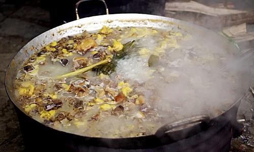 Thắng cốKhông chỉ nổi tiếng ở Bắc Hà, thắng cố còn là món đặc sản du khách có thể tìm thử ở bất kỳ vùng nào ở Tây Bắc. Trong cái se lạnh của núi rừng vào buổi sớm hay xế chiều, nồi thắng cố nghi ngút khói, thơm lừng sẽ làm bạn không khỏi xuýt xoa. Món ăn được làm từ thịt trâu, ngựa và 8 loại nội tạng cùng các loại gia vị đặc trưng. Mỗi suất ăn có giá khoảng 30.000 đồng. Ảnh: Hương Chi.