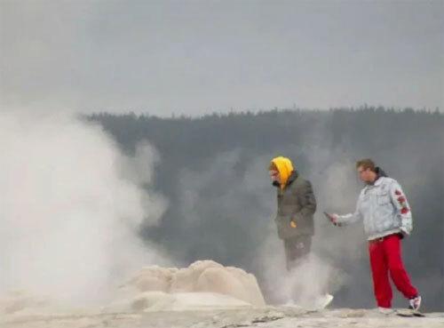 Khi tới gần một mạch nước phun, hai du khách đã không biết rằng họ đang làm những điều vô cùng nguy hiểm. Ảnh: News.