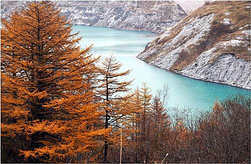 Nằm ở bờ biển phía đông của Nga, đảo Sakhalin là điểm đến lý tưởng vào mùa thu với khung cảnh thiên nhiên hoang sơ. Hồ Sakhalin mùa thu đẹp như bức tranh thuỷ mặc với mặt nước màu xanh ngọc phản chiếu màu trời.