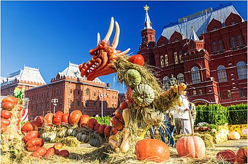 Mùa thu ở Nga thường bắt đầu từ tháng 9 đến tháng 11. Đây là thời điểm cuối cùng trong năm người dân có tận hưởng không khí ấm áp trước khi mùa đông đến. Đó là lý do vì sao du khách sẽ bắt gặp rất nhiều lễ hội nếu đến xứ sở Bạch Dương vào thời gian này. Ảnh: Legion Media.