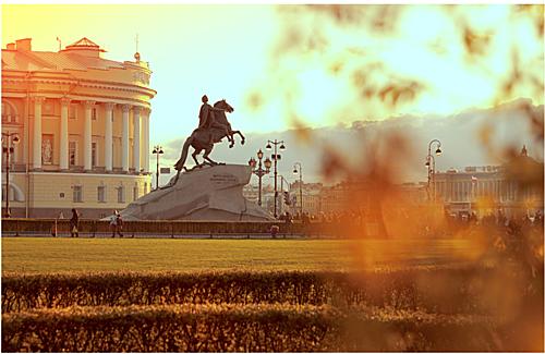 St. Petersburg, niềm tự hào của người Nga mỗi độ thu về lại thêm phần lãng mạn. Du khách có thể dạo quanh những con đường rợp lá vàng, lá đỏ hoặc ngắm khung cảnh mùa thu bên những bờ vịnh tuyệt đẹp. Nhiệt độ trung bình ban ngày khoảng 8 độ C và xuống còn khoảng 4 độ C vào ban đêm.