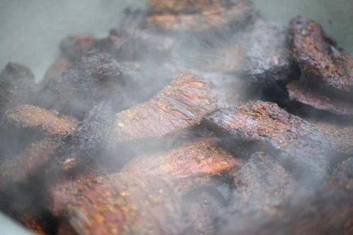 Lợn cặp náchMón ăn được làm từ những con lợn chỉ chừng chục kg, được người dân miền núi nuôi theo kiểu thả rông. Thịt lợn nướng phổ biến nhất trong các quán ở vùng cao. Nhờ được ướp cùng với mắc mật, mắc khén mà thịt sau nướng dậy mùi thơm, có vị ngọt đậm đà. Vòng quanh các phiên chợ vùng cao, du khách sẽ bắt gặp người đồng bào gùi trên lưng những tảng thịt để mua bán, trao đổi. Mỗi kg thịt được bán ra có giá trung bình 150.000 đồng. Ảnh: Ngọc Thành.