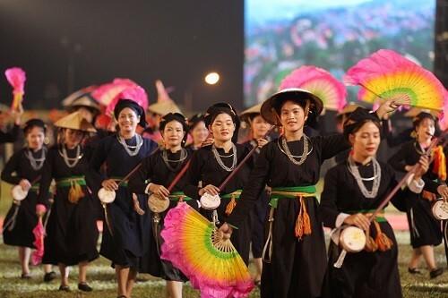 Màn diễu hành mở đầu chương trình. Ảnh: Hòa Nguyễn.