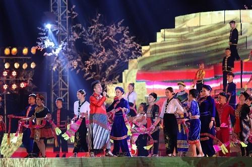 Tiết mục Ing lả ơi, chiếc khăn Piêu của ca sĩ Tùng Dương và ca sĩ nhí Nhật Minh. Ảnh: Hòa Nguyễn.