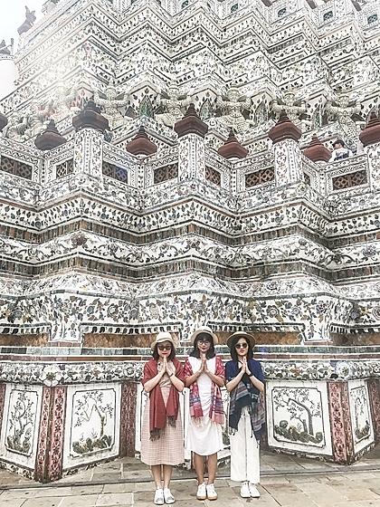 Phương Thảo (đứng giữa) chụp ảnh tại Wat Arun. Cô mua vé du lịch Thái Lan và bay chặng Hải Phòng-Bangkok cho lượt đi, và lượt về bay Bangkok-Hà Nội, vì ngày 10/9, không có chuyến bay thẳng từ Bangkok về Hải Phòng.