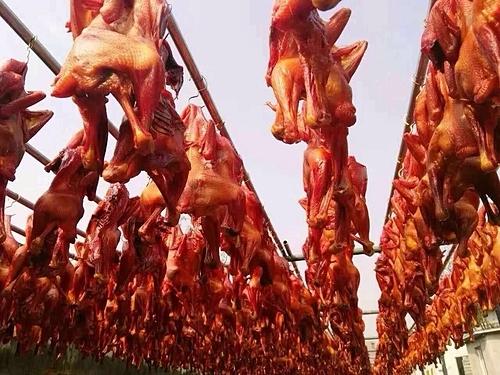 Gà được hong khô trong những cơn gió lạnh giá của Tây Tạng. Ảnh: xishuirenjia.