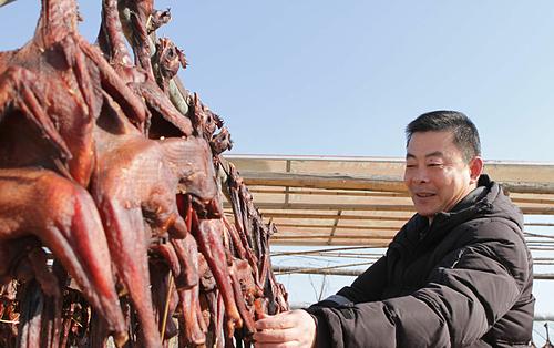Gà hong gió được coi là món ăn cân bằng âm - dương bởi những con gà vẫn còn sống sau khi chế biến. Ảnh: BTime.