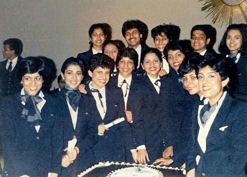Neerja (ngoài cùng bên phải hàng trên cùng) chụp cùng phi hành đoàn trên chuyến bay định mệnh. Ảnh: India Times.