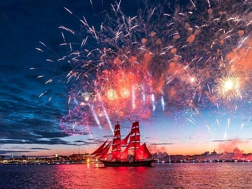 Màn trình diễn pháo hoa trong lễ hội cánh buồm đỏ thắm năm 2017. Ảnh: Shutterstock/Yulia Terekhina.