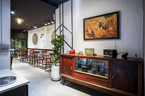 Nếu bánh mì là món ăn thường thấy trên đường phố Sài Gòn, thường là các xe đẩy hoặc quầy, tiệm hiếmcó không gian cho khách ngồi, thì địa chỉ này còn chú trọng vào chỗ ngồi cho khách. Bạn có thể chọn ngồi ăn bánh mì ở 3 tầng khác nhau, có phong cách thiết kế đa dạng, đều trang bị máy lạnh.