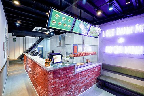 Tiệm bánh mì này nằm trên đường Nguyễn Thị Nghĩa, cách hai đường Bùi Viện và Phạm Ngũ Lão chỉ vài bước chân. Địa chỉ này phục vụ bánh mì là chủ yếu. Thực khách sẽ bất ngờ trước thực đơn đa dạng các loại nhân cùng không gian bắt mắt.