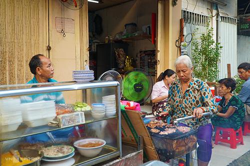 Quán nằm ngay mặt tiền đường Nguyễn Thượng Hiền, quận 3, chỉ bán buổi sáng.