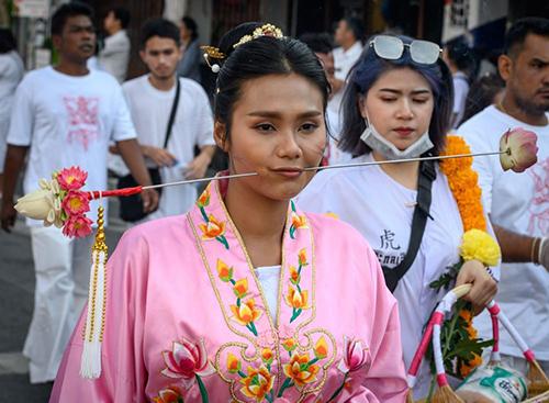 Một cô gái tham giadiễu hành trong lễ hội. Ảnh: AFP.