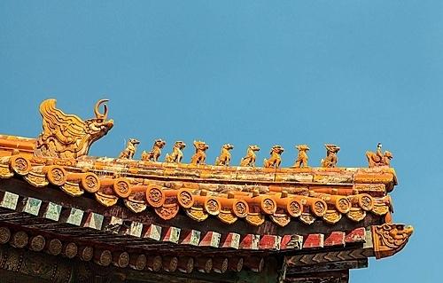 Hình rồng trang trí trên mái của cung điện gắn liền với truyền thuyết