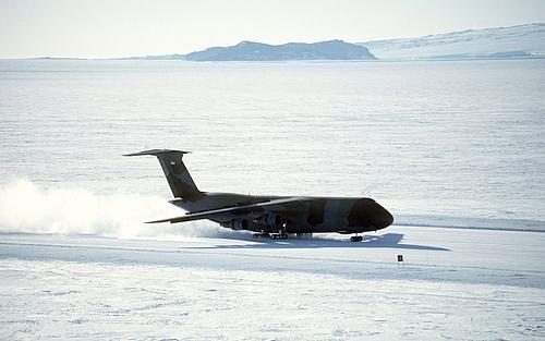 Máy bay hạ cánh trên sân bay McMurdo. Ảnh:USAF.
