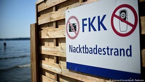 Dù ngày nay văn hoá khoả thân đang dần biến mất trong giới trẻ, nhiều bãi biển vẫn còn những khu vực được đánh dấu FKK, nơi người dân và du khách được thoải mái nude. Ảnh:B. Pedersen.