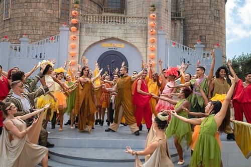 Mùa Halloween năm nay, du khách có cơ hội thưởng thức show nghệ thuật Bí ngô đại náo ở Vương quốc Ánh Dương.