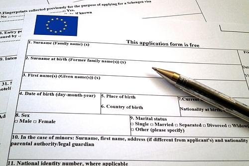 Bạn có thể xin cấp tờ đơn tại các Đại sứ quán, Lãnh sự quán. Ảnh: Istock/Gwengoat.