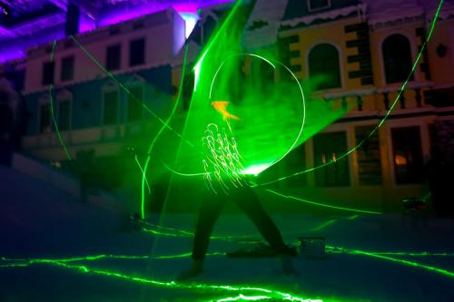 Bên cạnh trò chơi, ở Thị trấn Tuyết còn cócác tiết mục nghệ thuật huyền bí: trình diễn đèn led Lazer Man và múa ballet tại khu tuyết, ảo thuật và chú hề hài hước tại sân khấu cổ tích... góp phần đem đến không khí cổ tích chào đón khách đến tham quan.