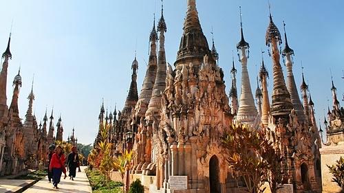 Lưu ý nên mặc trang phục kín đáo khi tham quan chùa ở Myanmar. Ảnh: Corinne Edwards.