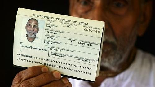 Cuốn hộ chiếu của Swami chỉ ra rằng, ông sinh năm 1896. Swami cho biết việc sống có kỷ luật là điều quan trọng nhất trong cuộc sống của ông. Ảnh: Sun.