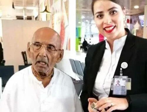 Swami Sivananda chụp cùng nhân viên tại sân bay ở Abu Dhabi