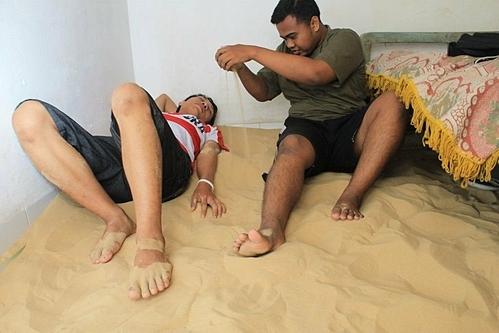 Dù trong nhà có giường, người dân vẫn thích nằm trên cát. Ảnh: Busy.