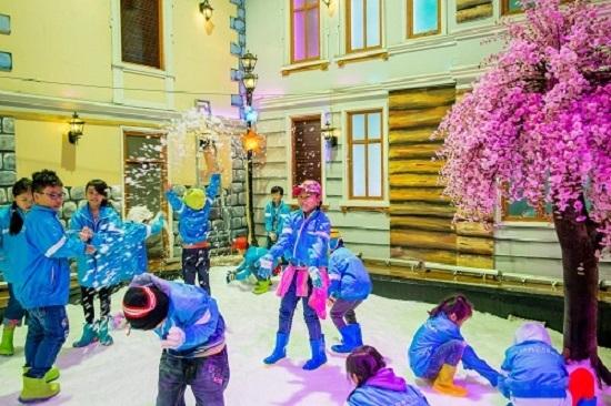 Chương trình khai trương sẽ gồm nhiều trò chơi như: Trượt tuyết; Giải cứu nhân vật thần tiên – trò chơi đào tuyết giải cứu các nhân vật thần tiên đang mắc kẹt dưới lớp tuyết Tiêu diệt hội phù thủy – ném tuyết tiêu diệt những nhân vật phản diện trong các bộ phim cổ tích; Vui cùng Olaf - nắm tuyết, ném ngã người tuyết Olaf...tại khu tuyết.