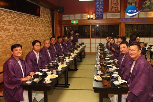 Du khách trải nghiệm ăn tối theo phong cách Nhật bản.