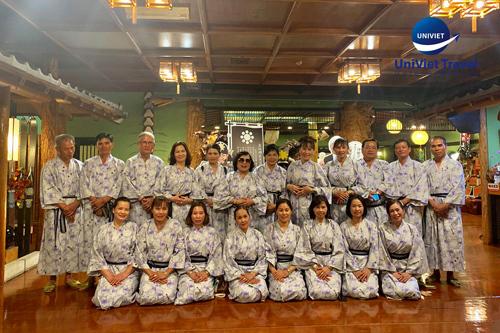 Du khách mặc trang phục truyền thống Nhật Bản Yukata và nghỉđêm tại khách sạn truyền thống kiểu Nhật (Ryokan).