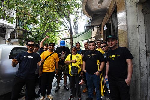 Mumhammad Faiz, ngoài cùng bên trái cùng nhóm bạn trên phố Hàng Bồ.