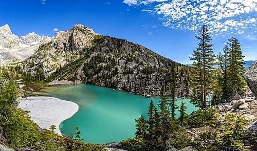 Hồ Delta, Wyoming, MỹTháng 11/2018, Uỷ ban Du lịch và Lữ hành ở bang Wyoming phải đưa ra lời kêu gọi các du khách ngừng gắn thẻ check – in địa lý trên mạng xã hội để giữ cho khu rừng và hồ nước ở đây vẻ nguyên sơ. Động thái này diễn ra trong bối cảnh làn sóng khách du lịch đổ về hồ Delta ở Wyoming và khu vực lân cận đến để chụp ảnh, dẫn đến rác tăng nhanh trong khu vực và hoa dại bị giẫm đạp.Nhằm giảm bớt thiệt hại cho hệ sinh thái, hội đồng du lịch đã phát động một số chiến dịch dán áp phích, vận động du khách có trách nhiệm với các địa điểm mà họ tag và hỏi rằng: Một thảm hoa dại chết đáng bao nhiêu like?. Ảnh: AllTrails/Gerrit Ebert.